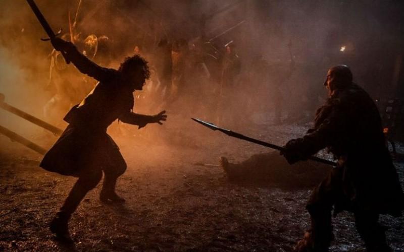 Souverän gleitet die Kamera im Innenhof von Castle Black von einem Kampfgeschehen zum nächsten und findet innerhalb des präzise choreographierten Chaos spannende Zweikämpfe – wie der zwischen Jon und Styr.