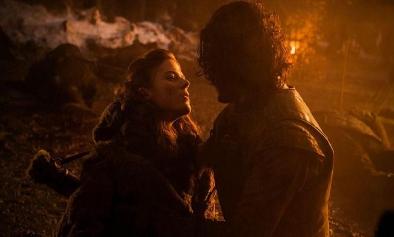 """""""We should have stayed in that cave."""" Eine sterbende Ygritte sehnt sich nach jenem Moment der Zweisamkeit, den sie einst mit Jon Snow in KISSED BY FIRE teilte. Vielleicht sehen wir uns da wieder, versucht Jon sie zu trösten. """"You know nothing, Jon Snow"""", entgegnet Ygritte mit letztem Atem."""