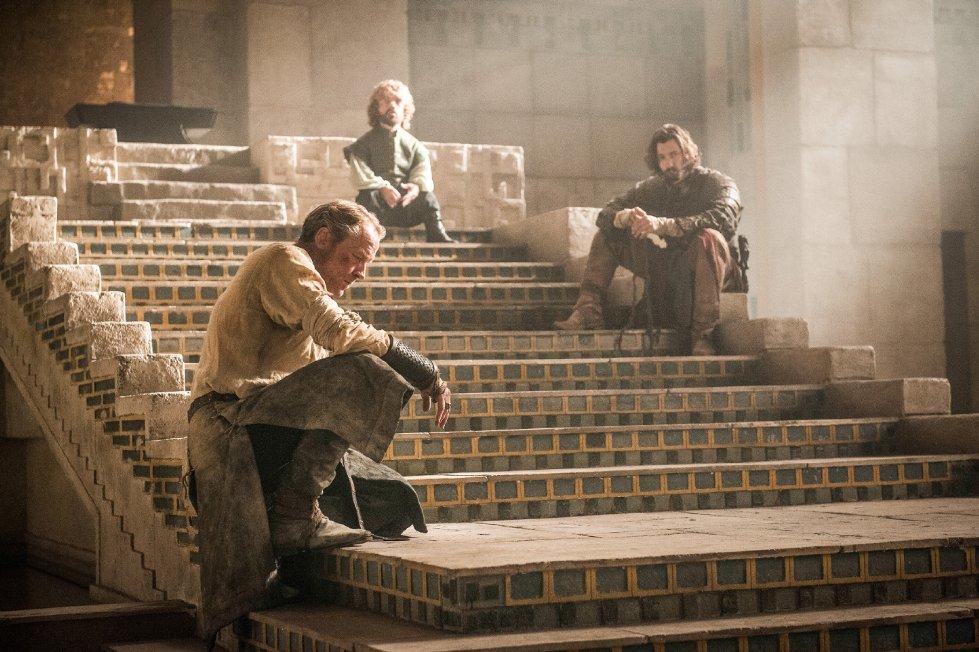 Ein leerer Thron. Vergeblich warten Jorah, Daario und Tyrion auf Danys Rückkehr. Sie müssen jetzt ohne die Drachenkönigin in Meereen zurechtkommen – ebenso wie GAME OF THRONES-Showrunner Benioff und Weiss für die nächste Staffel auf Martins Buchvorlage verzichten müssen.