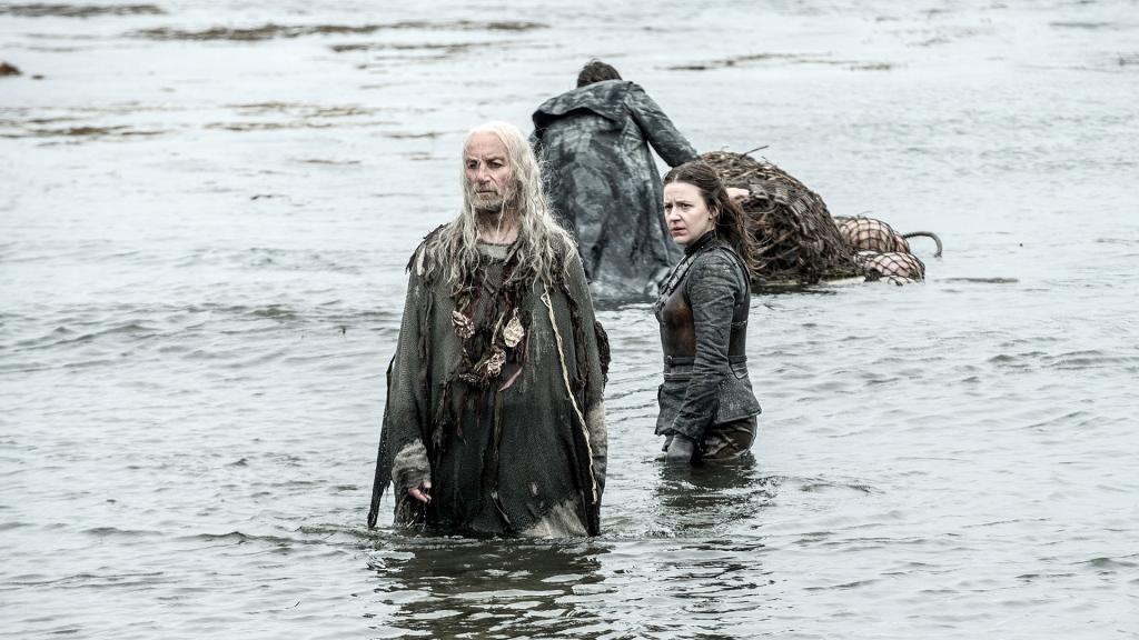 Der König ist tot, lang lebe der König. In Pyke entledigt sich Euron Greyjoy seines Bruders Balon und konkurriert nun mit seinem anderen Bruder Aeron Greyjoy sowie seiner Nichte Yara um die Herrschaft über die Ironborn. - HBO